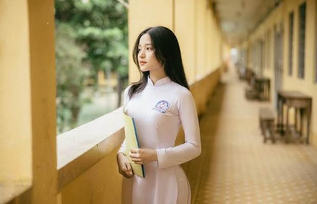 """nu sinh dien aoinh 4 - Xuân Diệu quan niệm: """"Thơ là hiện thực, thơ là cuộc đời, thơ còn là thơ nữa"""". Điều đó có thực như vậy? Chúng ta cùng đi làm sáng tỏ ý kiến qua bài thơ """"Tây Tiến"""" của Quang Dũng."""